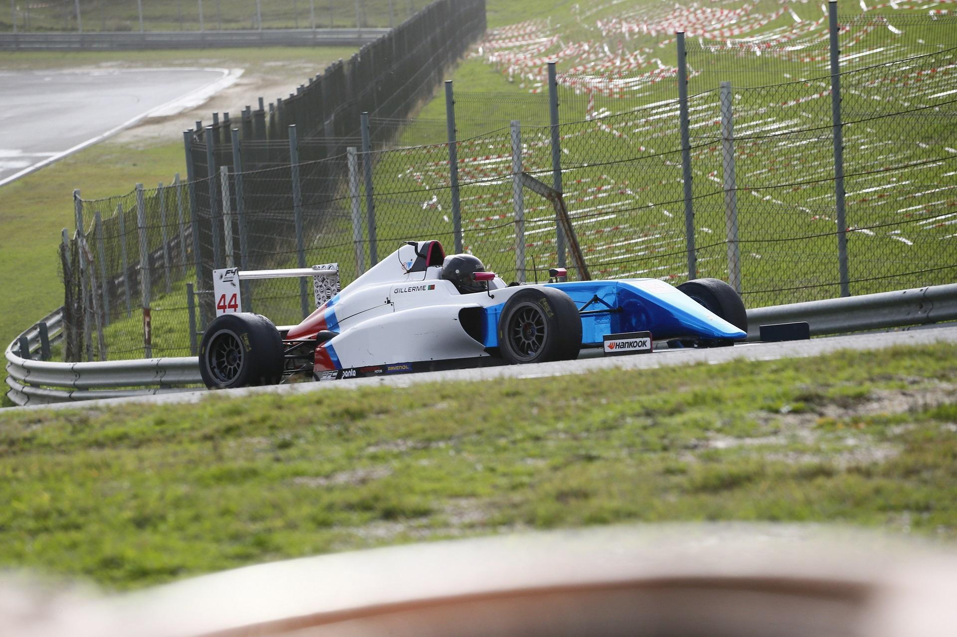 Guilherme de Oliveira estreia-se Fórmula 4 e fica a um lugar do pódio em Jarama